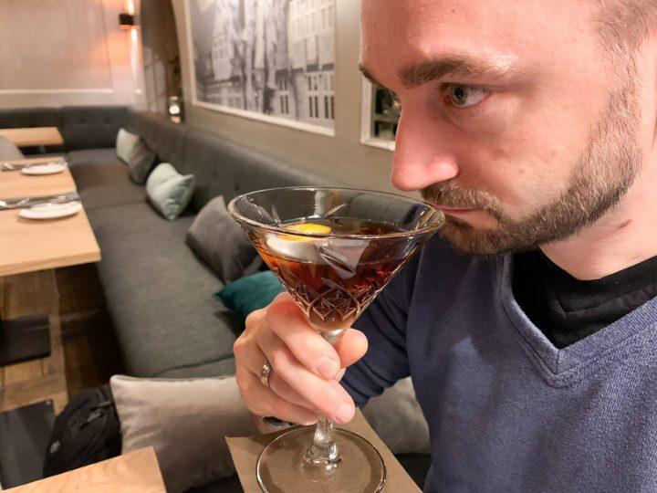 Denver riecht an seinem Glas Wermut.