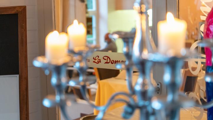 Ob in der romantischen Grotte, draußen im kleinen Park oder direkt mit Blick auf die Küche: Bei Francesco kann man stilvoll genießen. © Denver Künzer