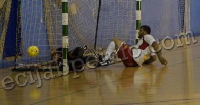 Caracol, tendido en el parquet, anotando un gol para los suyos