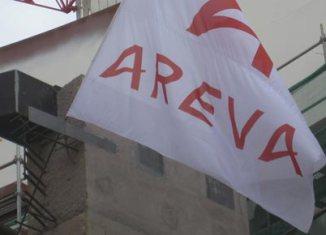 Fahne von Areva vor einem Kernkraftwerk in Finnland