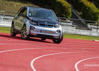 Elektroauto BMW i3, geparkt auf einer Laufbahn. Foto: Alexandre Albuquerque/flickr.com (creative commons), Flickr-ID: 26188829706_113b9c0462_o