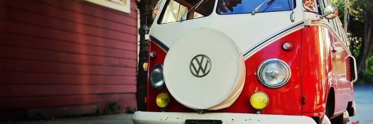 VW Bulli vor einem Holzhaus. Creative Commons-Lizenz, Foto: Markus Spiering/flickr.com ID: 8414935507_1ff1b43eeb_o