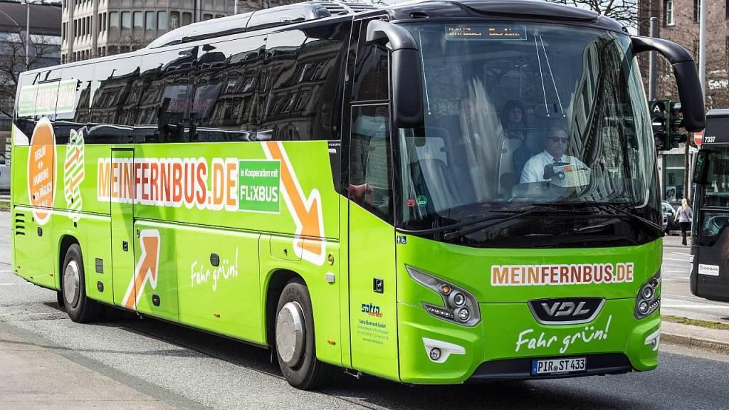 Das Foto zeigt einen Bus der Fernbuslinie MeinFernbus Flixbus vor dem zentralen Omnibusbahnhof in der Hamburger Innenstadt