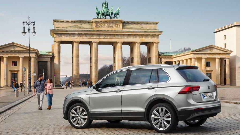 Das Bild zeigt das Automodell VW Tiguan geparkt vor dem Brandenburger Tor in Berlin