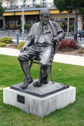 V Nabokov_Statue_Montreux_284px