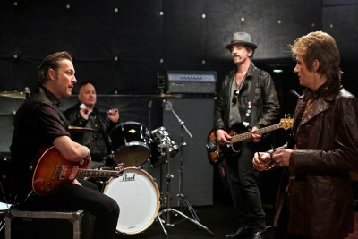 """Sex&Drugs&Rock&Roll - """"Don't Wanna Die Anonymous"""" -- Ep 101 (Airs Thursday, July 16, 10:00 pm e/p) -- Pictured: (l-r) John Corbett as Flash, Robert Kelly as Bam Bam, John Ales as Rehab, Denis Leary as Johnny. CR. Patrick Harbron/FX"""
