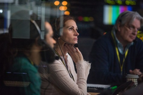 (l to r) Carsey Walker, Jr. (Sam Shaw), Julia Roberts (Patty Fenn) and James Warden (Jim) in TriStar Pictures' MONEY MONSTER.