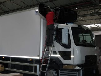 Préparation d'un camion par un opérateur chez Lamberet