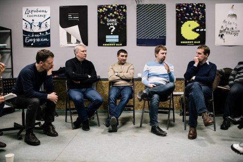 Активісти Центру громадських ініціатив Маріуполя та учасники туру © Niels Ackermann / Lundi13