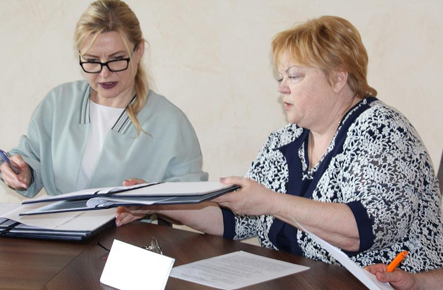Новогродівський міський голова Людмила Білецька (праворуч)