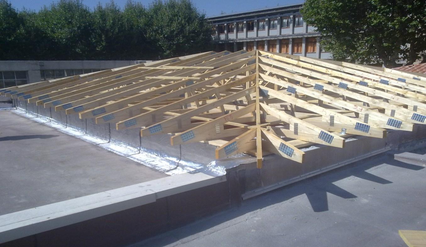 Réfection de toiture avec Charpente en Fermettes Industrielles à l'école de la Luquèce à Manosque