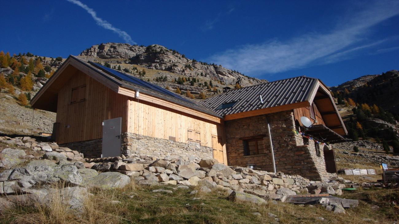 Couverture bac acier pour la réfection de la toiture du Refuge de l'Estrop (approvisionnement par héliportage)