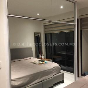 Diseño de Closet con Puertas Corredizas y Espejos Modelo Scarpe por Eco Closets Queretaro