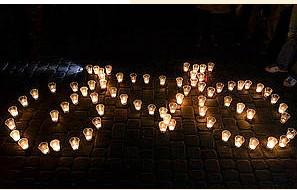 Після згасання світла зі свічок були викладені символічні фігури кампанії