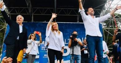 """Il Centrodestra scalda Piazza del Popolo. Salvini: """"Mi fido del Cavaliere"""""""