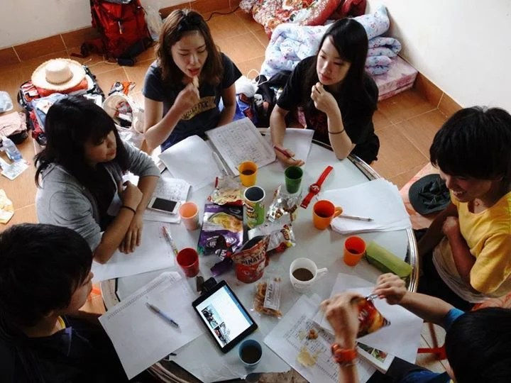 村おこしボランティア【ベトナム ダサ村コース】の振り返りを真面目にする参加者たち