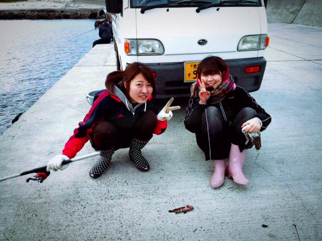 トカラ列島宝島の港で釣りを楽しむボランティア学生