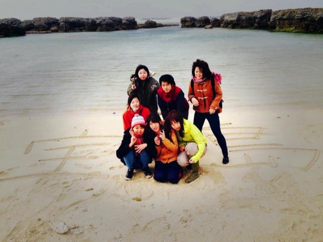 村おこしボランティア【宝島コース】でビーチにて記念撮影