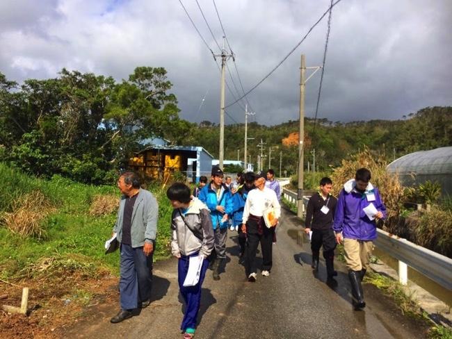 村おこしボランティア【沖縄やんばるコース】で集落散策をする学生ボランティア