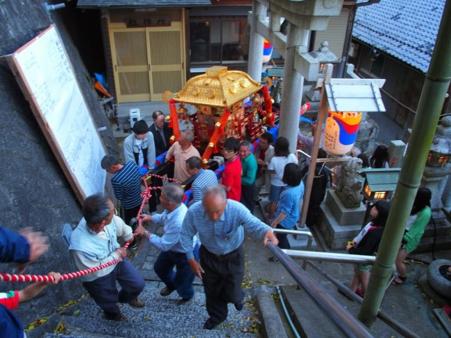 沖島の宵宮でのお神輿担ぎ