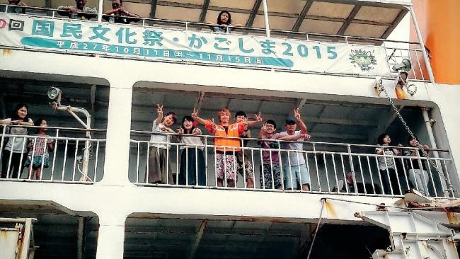 フェリーとしまに乗船し別れを惜しむ学生ボランティア