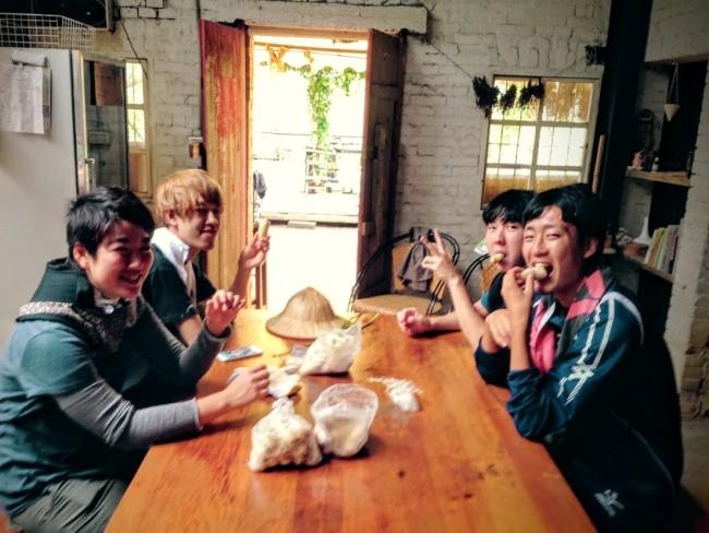 台湾で自然農法のボランティア活動をする学生