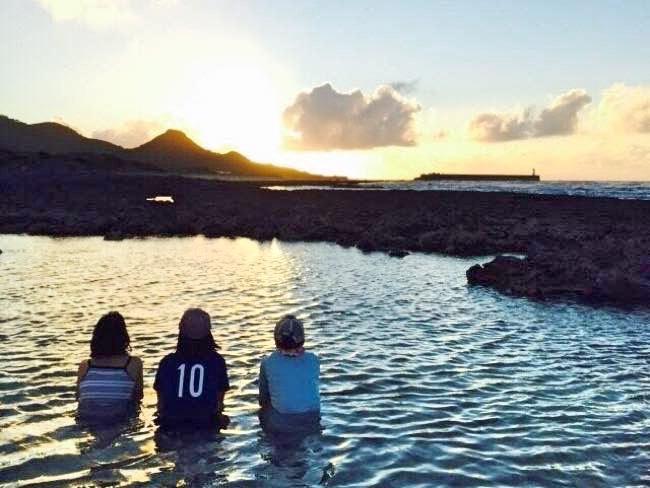 皆で座って夕日を眺めました。