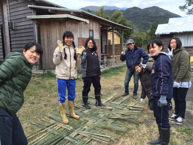 竹の壁をつくる作業