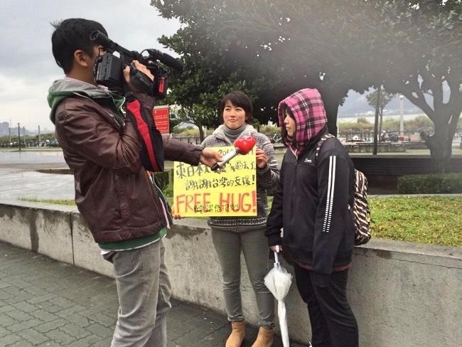 台湾のテレビ局からの取材を受ける学生ボランティア