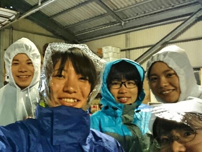 今日は天気が非常に悪く、その中でもカッパを着て去年の夏の台風の被害を受けた牛舎のがれき撤去作業を行いました。
