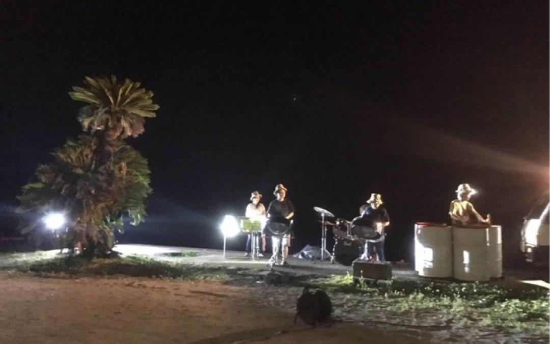 宝島のみなさんが海を背景に演奏してくれました