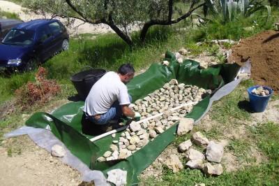 colocando piedras y tubo