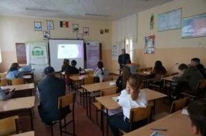 Emil Coliban, redactor șef EcoFM Fălești în discuție cu participanții la instruire
