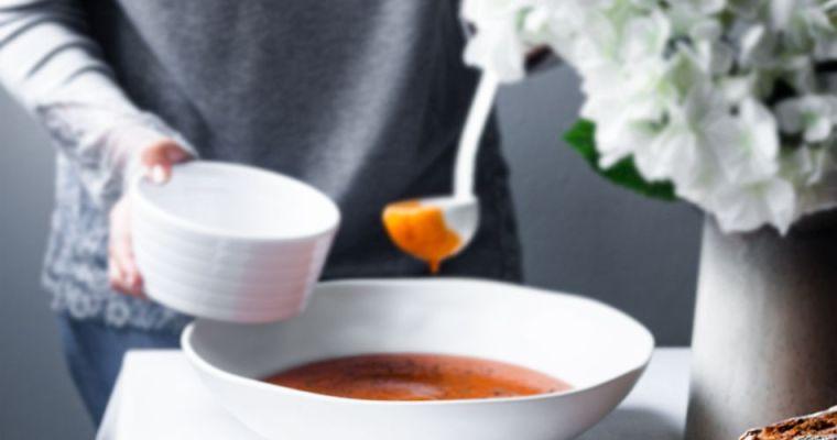 Crema de tomates asados con tostas de mantequilla de tomillo y perejil