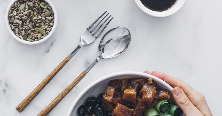 Poke bowl de atún marinado