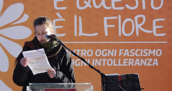 E questo è il fiore/ in migliaia a Como contro il fascismo di ieri e di oggi