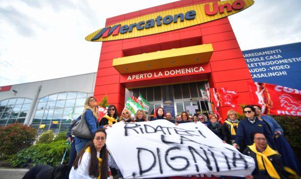 Una manifestazione di lavoratori di Mercatone Uno - Agf