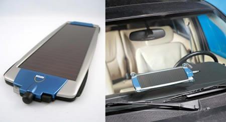 Pequeño panel solar para cargar la batería del coche.