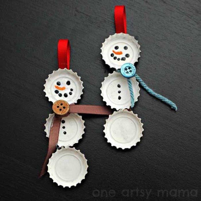 Muñeco de nieve con chapas de botellas