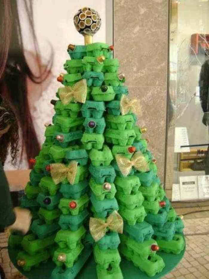 Árbol de navidad con hueveras