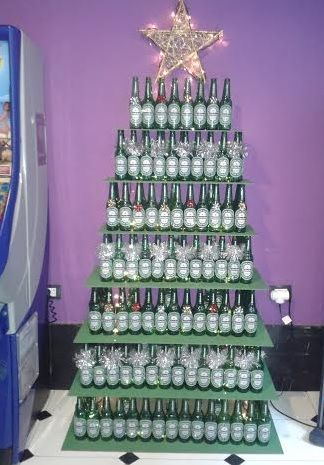 rbol navidad con botellas de cerveza
