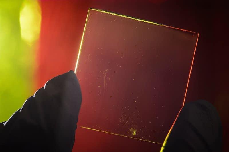 Paneles solares transparentes en laboratorio