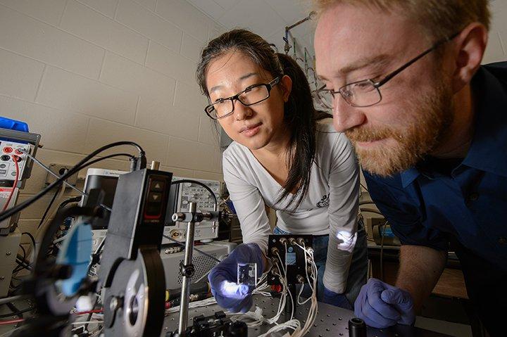 Paneles solares transparentes investigadores
