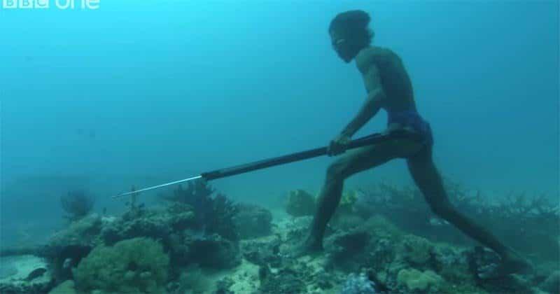 el hombre que caminaba bajo el mar