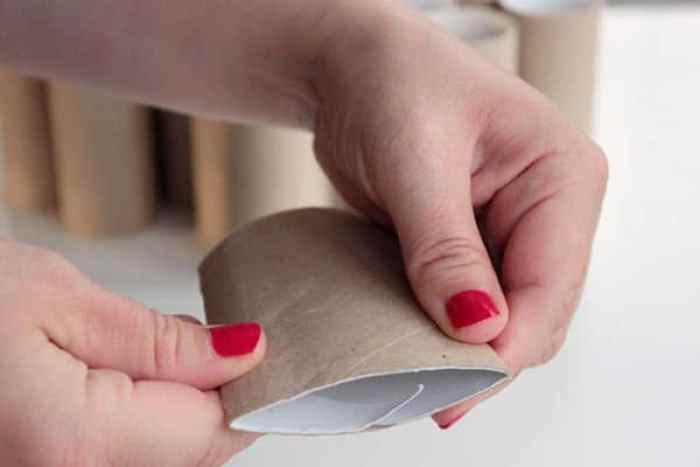 Preparando los rollos de papel higiénico