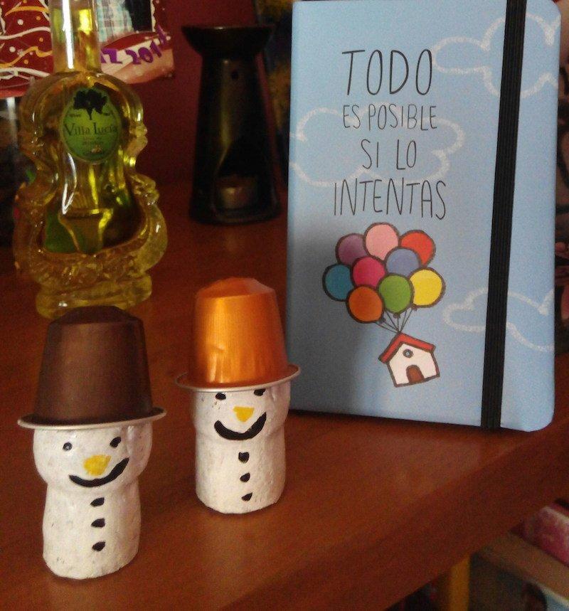 Muñeco de nieve con cápsula de café y corchos de champan o vino