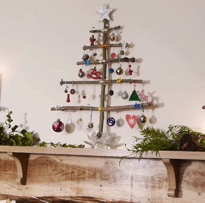 Árbol de navidad con trozos de madera