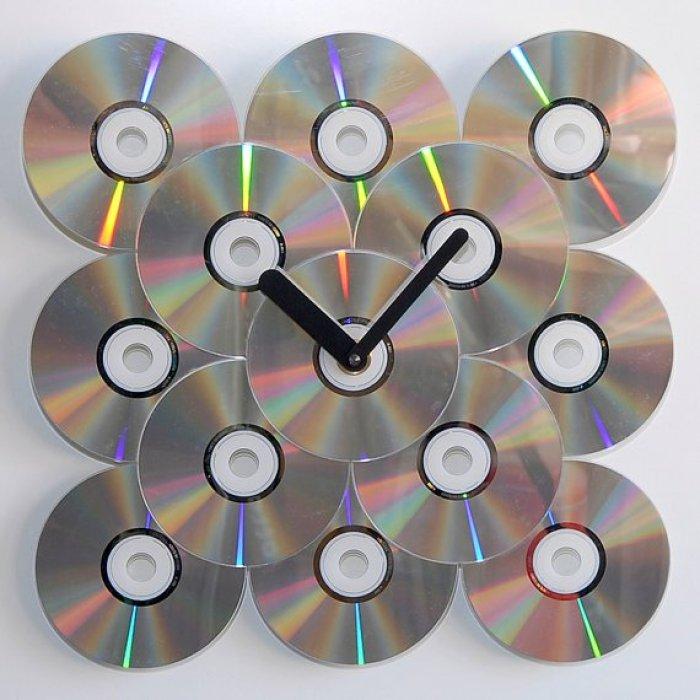 reloj de pared con CDs