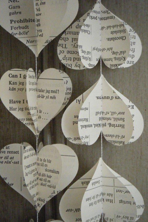 guirnaldas de corazones con papel de periódico