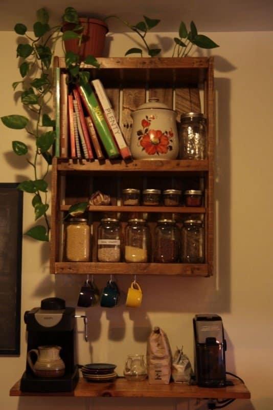 Palet estante para especias y libros de cocina